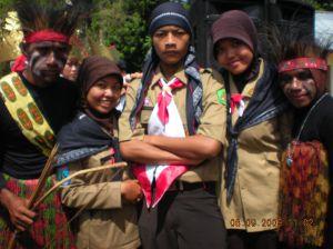 RangeRu (Rusi, Rupik, dan Ruifah) bersama Kakak-kakak dari Papua